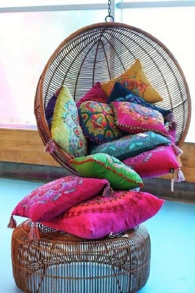 5. As almofadas coloridas na decoração indiana trazem muito conforto e alegria para o ambiente. Fonte: Pinterest