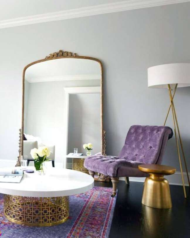 18. Cores de tinta para sala em lavanda com poltrona roxa – Foto Rabiskos