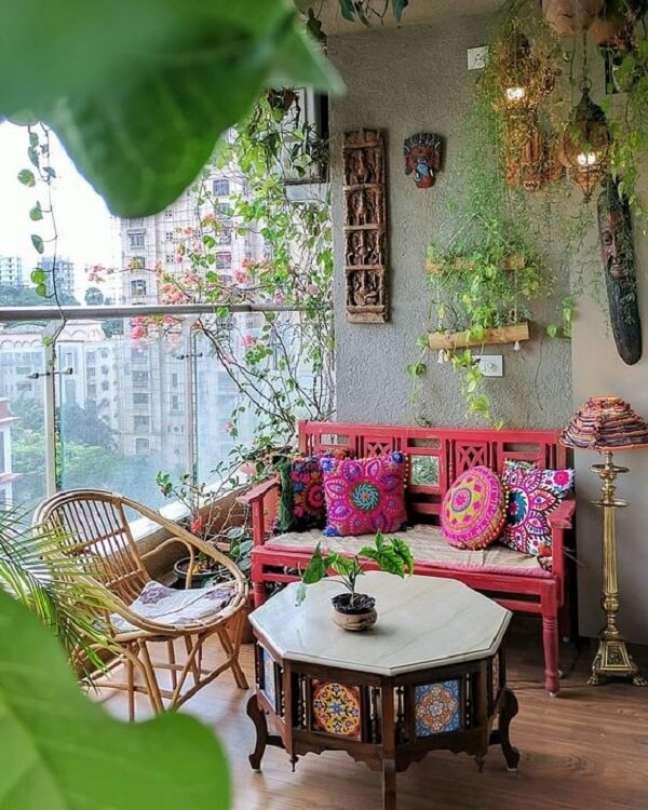 54. A mesa de centro talhada se destaca na decoração indiana da varanda. Fonte: Ariyona Interior