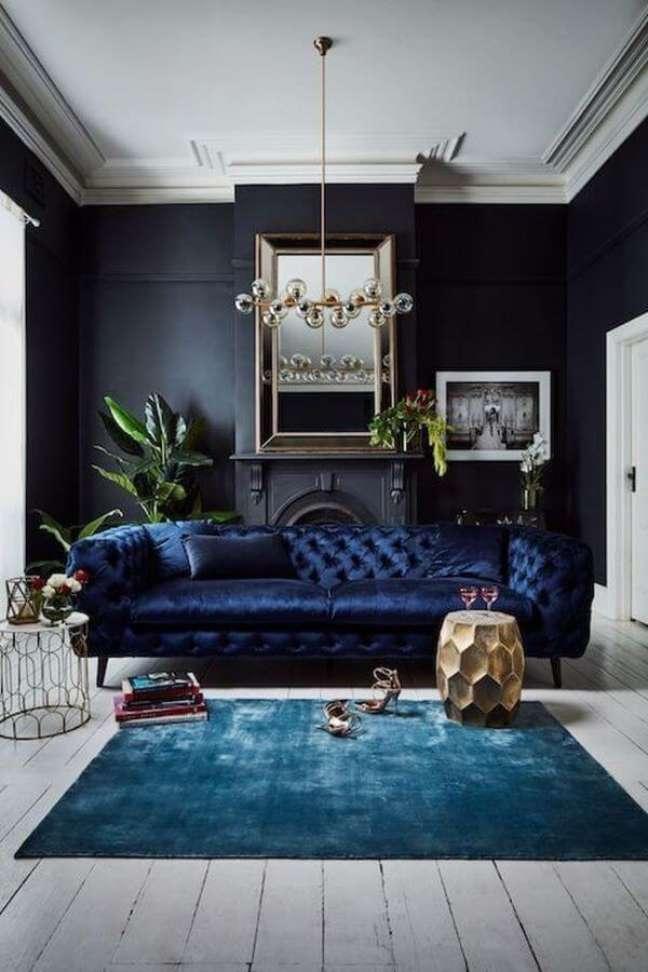 33. Decoração com cores de tinta para sala em azul marinho e sofá chesterfield – Foto Pinterest