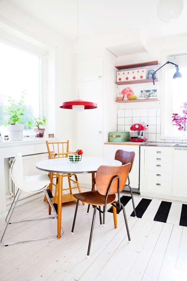 68. Cozinha pequena com mesa retrô redonda – Foto Simplichique