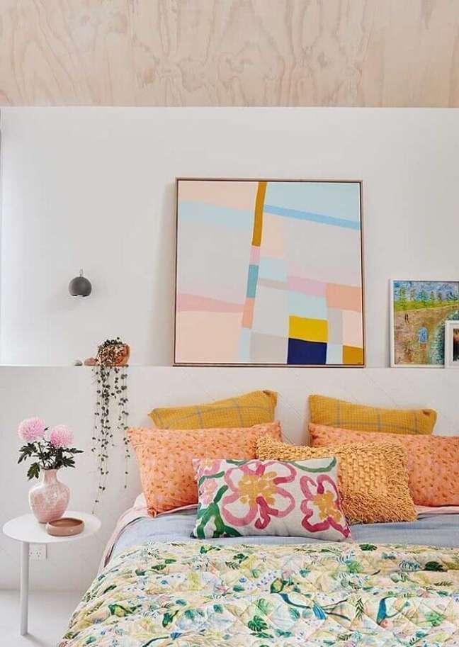 72. Como decorar um quarto branco com almofadas e quadros coloridos Foto Jeito de Casa