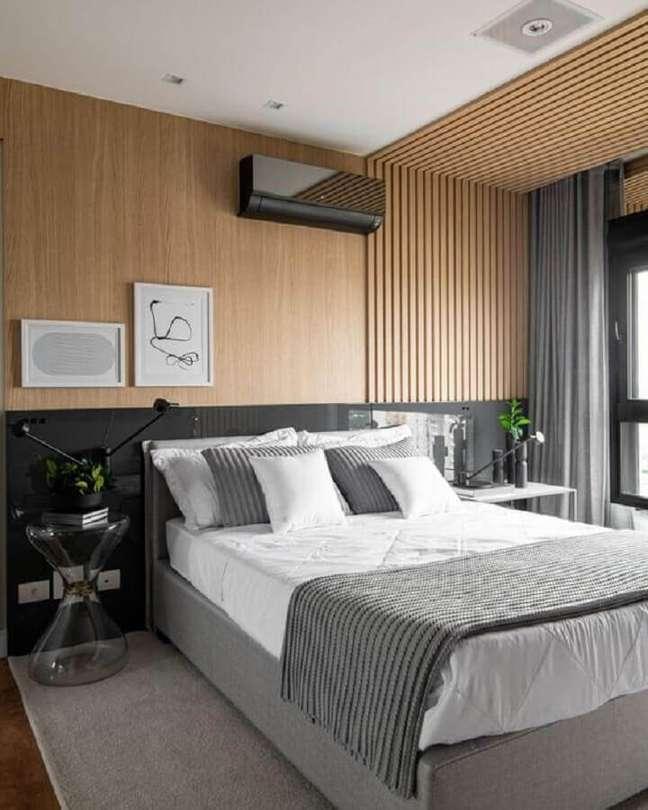18. Como decorar um quarto de casal moderno com revestimento de madeira para parede e teto – Foto: Pinterest