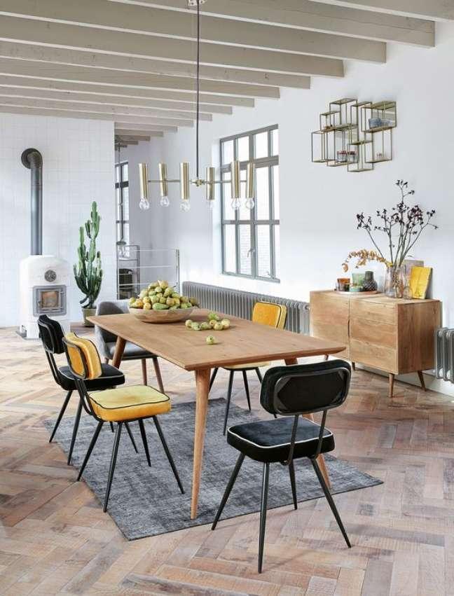 8. Mesa retrô com cadeiras em preto e amarelo – Foto Maisons Dumonde