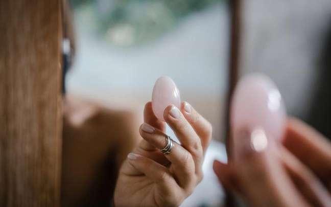 A terapia feita com os ovos de cristal tem o objetivo de curar e ressignificar estas memórias -