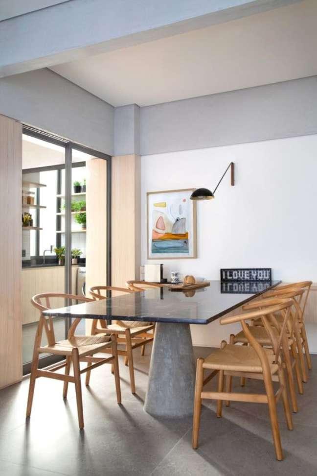 25. Mesa retrô de granito cinza com cadeiras de madeira – Foto Casa Casada