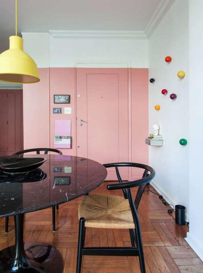 41. Mesa retro preta na sala de jantar – Foto Pinterset