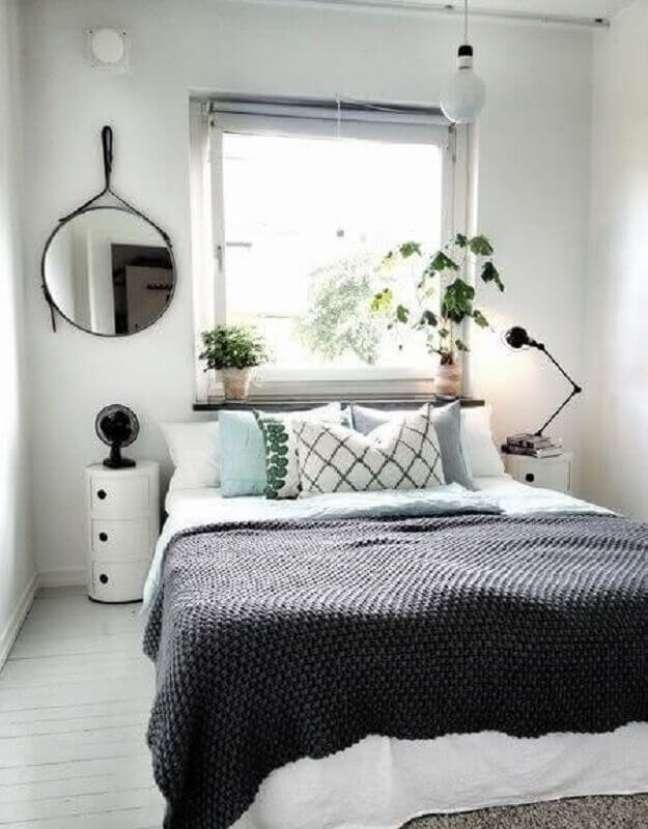 8. Como decorar um quarto simples simples todo branco com espelho adnet – Foto: Style Room