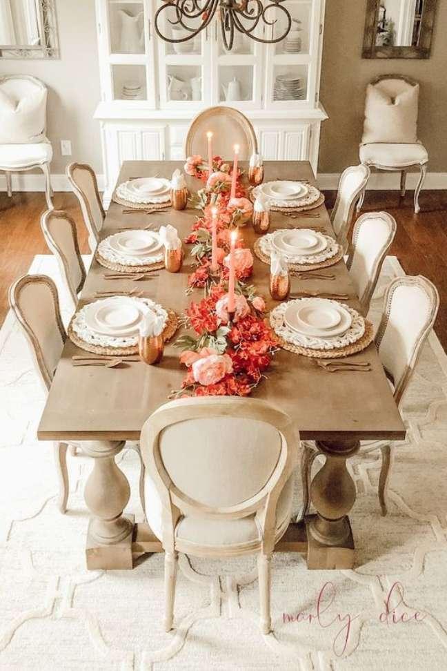 59. Sala de jantar com mesa retrô de madeira e cadeiras bege – Foto A Brick Home