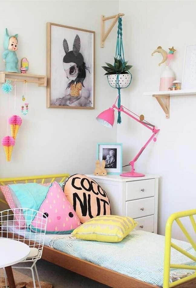 43. Como decorar um quarto infantil simples todo branco com detalhes coloridos – Foto: Pinterest