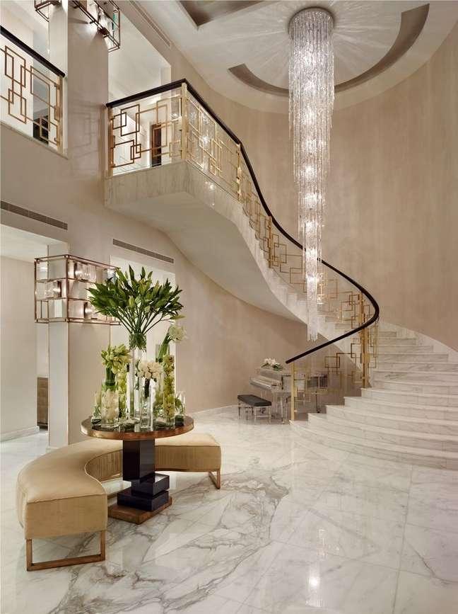 63. Sala de estar clássica com cores de tinta claras e lustre de escada pendente – Foto Chairish