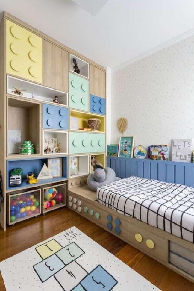 41. Como decorar um quarto infantil planejado com portas em formato de peças de brinquedo – Foto: Pinterest