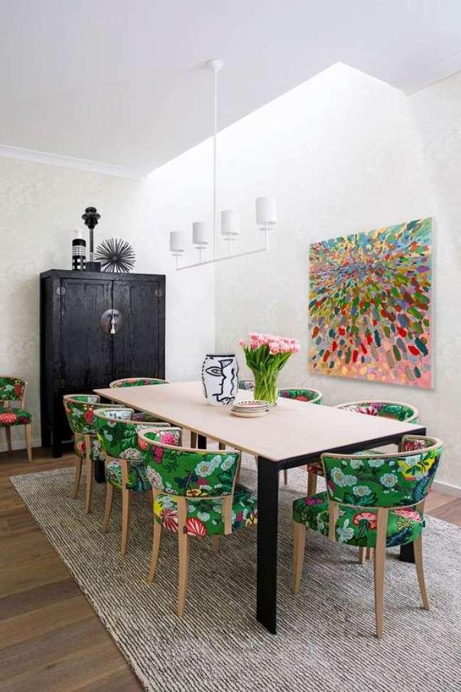 51. Sala com mesa retrô e cadeira floral verde – Foto Homes To Love