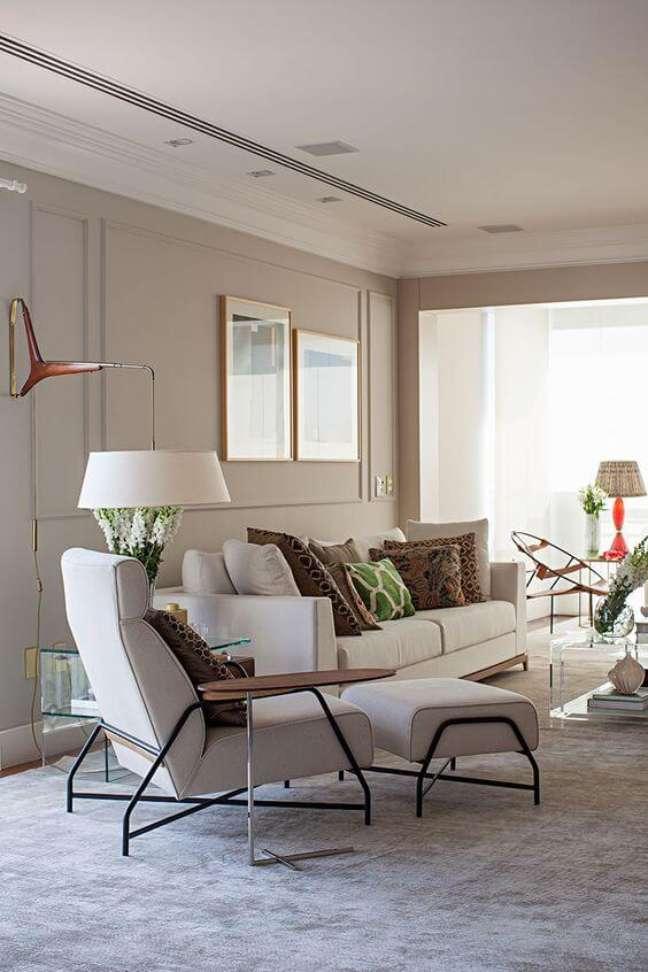 65. Sala de estar com revestimento bege e móveis claros – Foto Casa de Valentina
