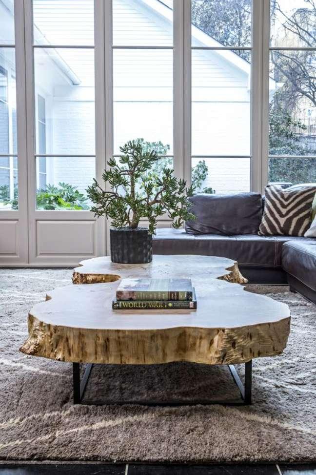 21. Mesa de centro retro de madeira com sofá cinza na sala moderna – Foto Alice Cramer