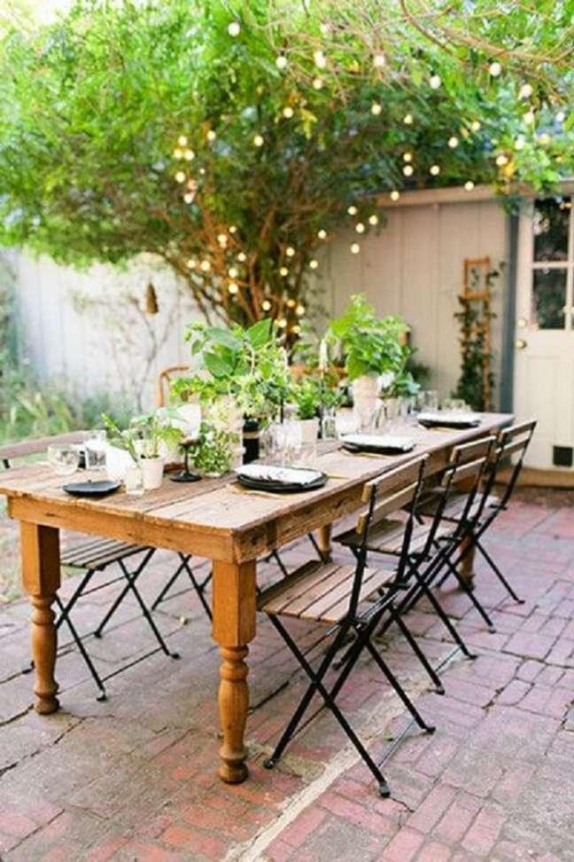 30. Mesa retrô para jardim com cadeira de ferro e madeira – Foto Lonny