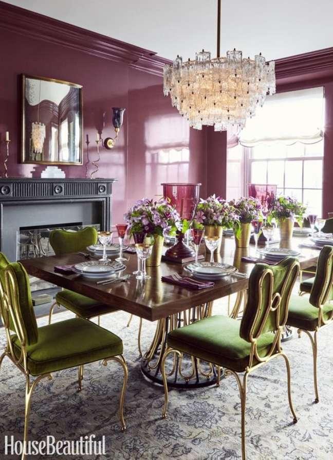 21. Cores de tinta para sala em roxo com cadeira verde – Foto Dering Hall