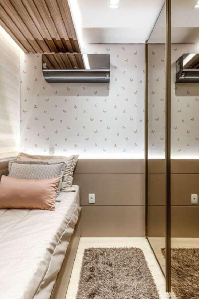 51. Como decorar um quarto pequeno em cores neutras com papel de parede delicado – Foto: RP Guimarães