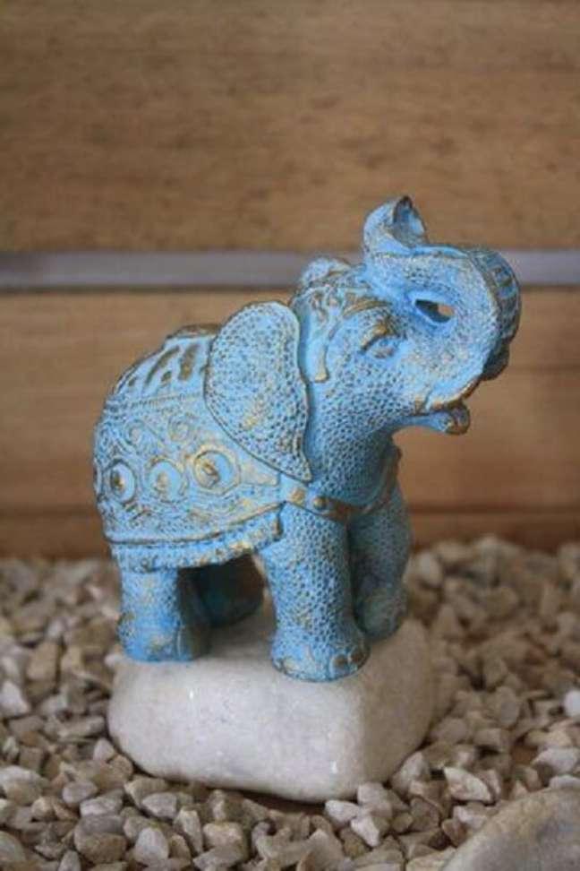 22. O elefante decorativo indiano azul traz um toque de cor para o ambiente. Fonte: Alma Livre Store