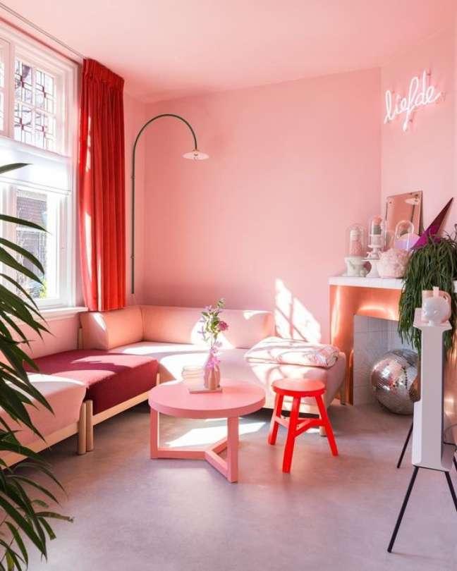 9. Cores de tinta para sala com parede rosa claro e sofá da mesa cor – Foto Casa Abril