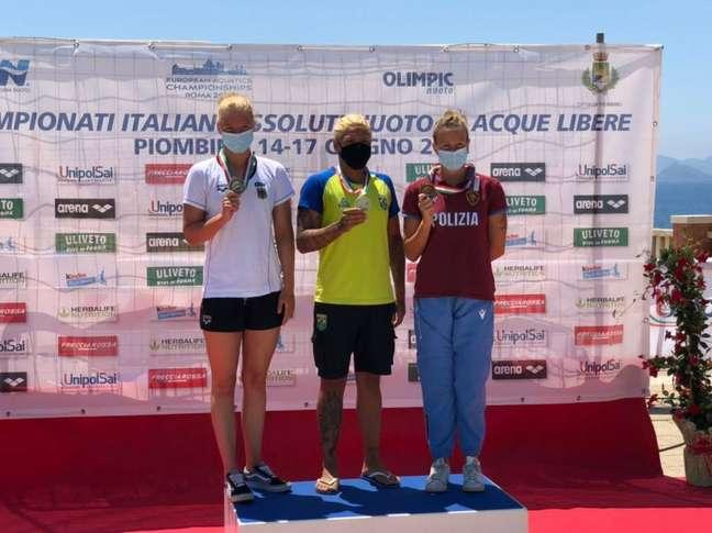 Ana Marcela na conquista da medalha de ouro na prova de 10 km do Campeonato Italiano. (Foto: Divulgação/CBDA)
