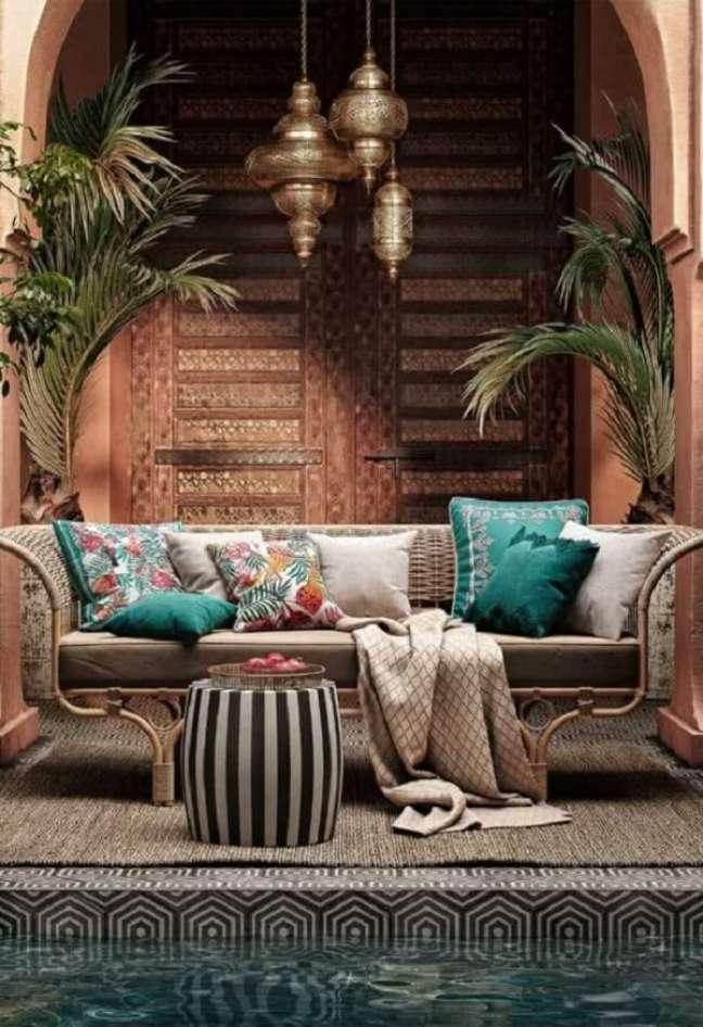 51. Área externa aconchegante com decoração indiana. Fonte: Pinterest