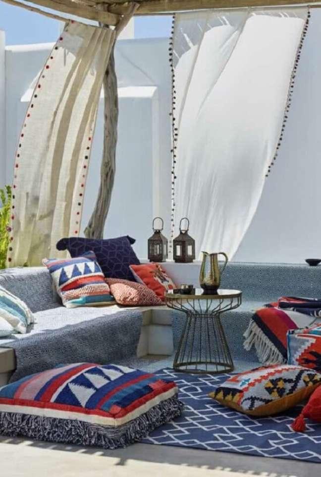 15. Tecidos leves e almofadas estampadas são ótimas ideias de decoração indiana. Fonte: Pinterest