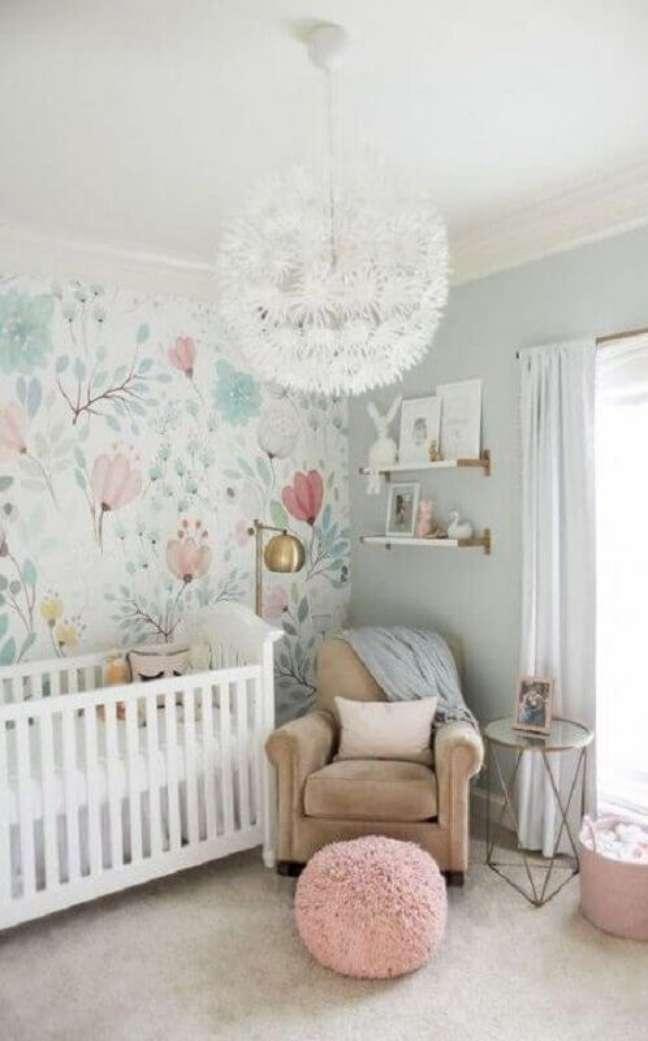 60. Como decorar um quarto de bebê branco com papel de parede floral e lustre redondo moderno – Foto: Pinterest