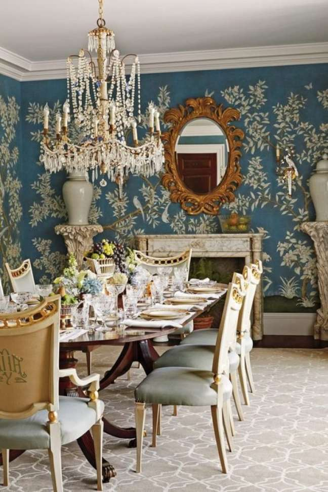 48. Sala clássica estilo vintage com mesa retro – Foto The Glam Pad