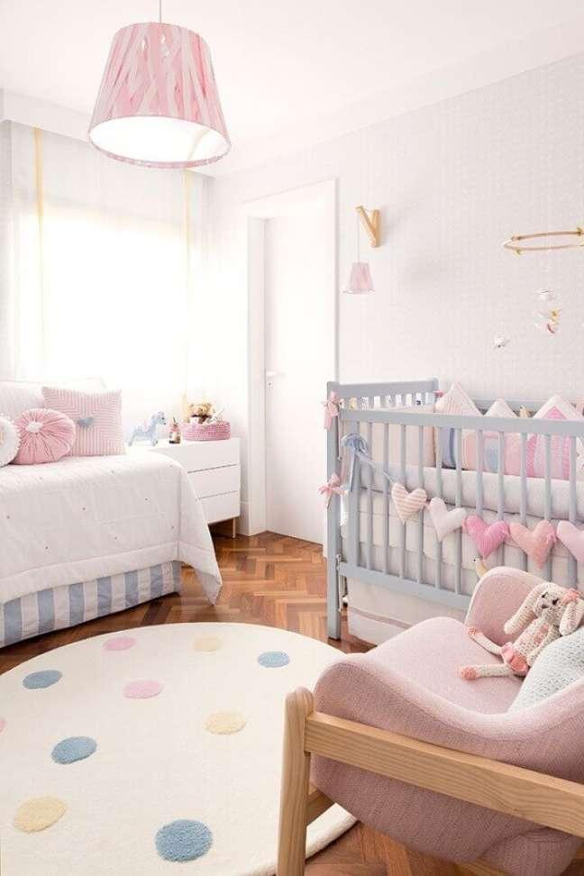 2. Como decorar um quarto de bebê em tons pastéis com tapete redondo – Foto: Pinterest