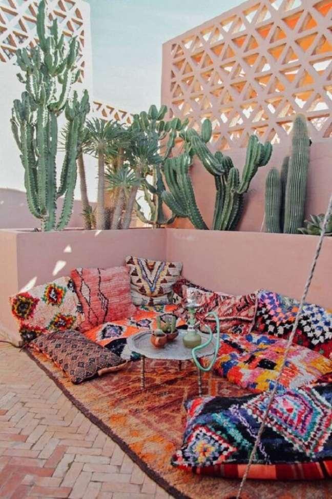 43. Cores e estampas marcam a decoração indiana desta área externa. Fonte: Pinterest