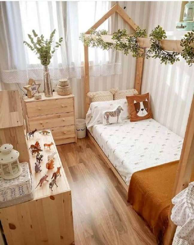 42. Como decorar um quarto infantil rústico com móveis de madeira – Foto: Fashion Bubbles