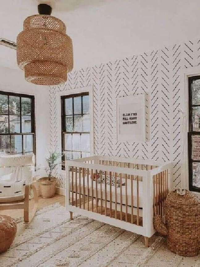 10. Como decorar um quarto de bebê simples em cores claras com lustre rústico – Foto: Pinterest