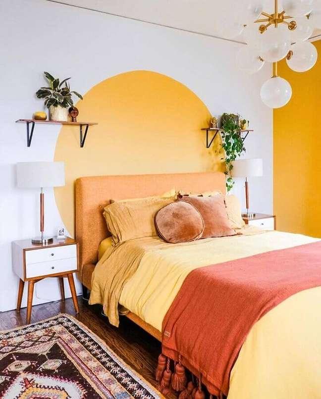 55. Como decorar um quarto simples branco e amarelo com vasos de plantas e criado mudo retrô – Foto: Apartamento 203