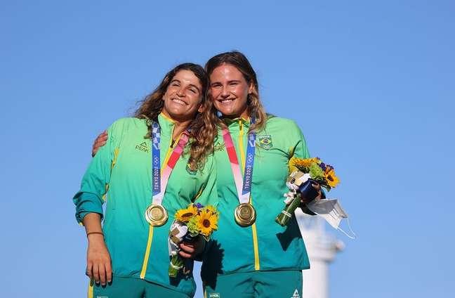 Martine Grael e Kahena Kunze no pódio após conquistarem medalha de ouro na Olimpíada de Tóquio 03/08/2021 REUTERS/Carlos Barria