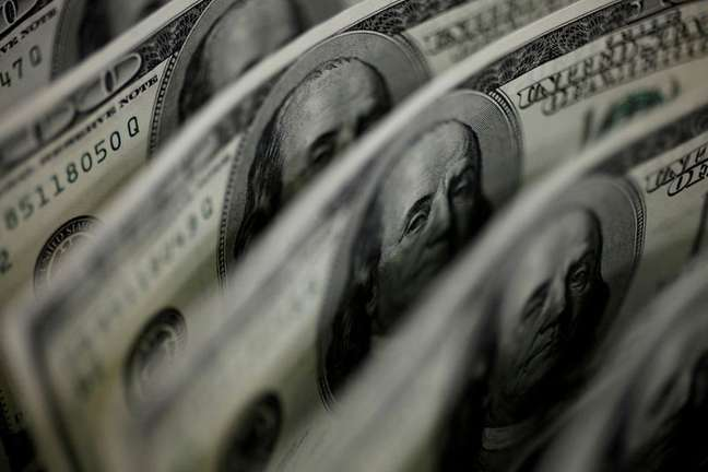 Clima tenso em Brasília eleva dólar ante real; mercado aguarda Copom  02/08/2011 REUTERS/Yuriko Nakao
