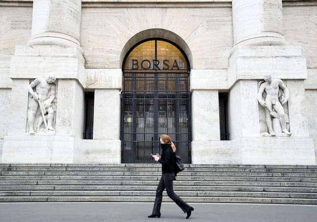 Mulher caminha em frente à Bolsa de Valores de Milão 25/02/2020 REUTERS/Flavio Lo Scalzo