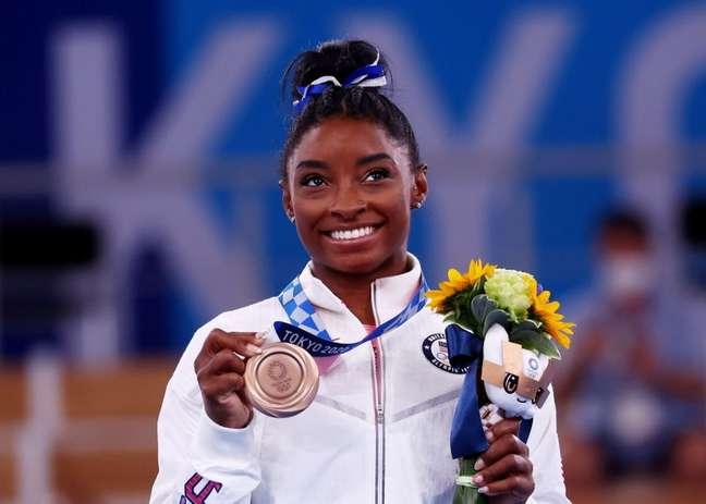 Simone Biles, dos Estados Unidos, posa com medalha de bronze 03/08/2021 REUTERS/Mike Blake