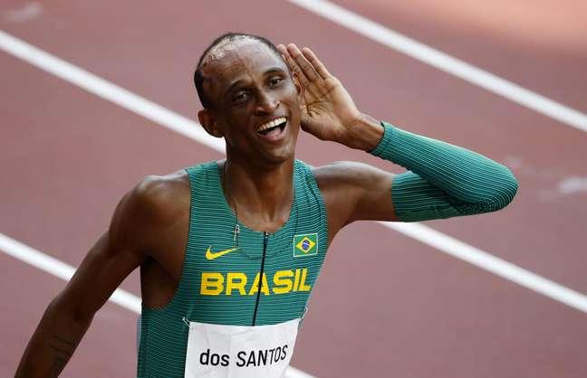 Alison dos Santos comemora seu bronze, glória olímpica após superar drama pessoal