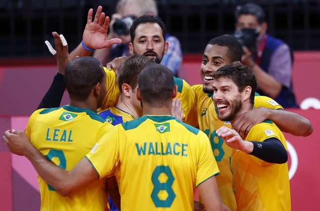 Brasileiros comemoram a vitória sobre os japoneses nesta terça-feira em Tóquio