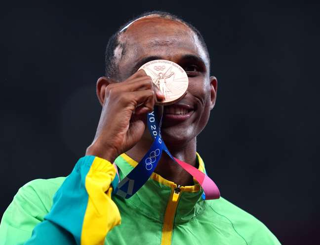 Alison dos Santos exibe a sua  medalha de bronze