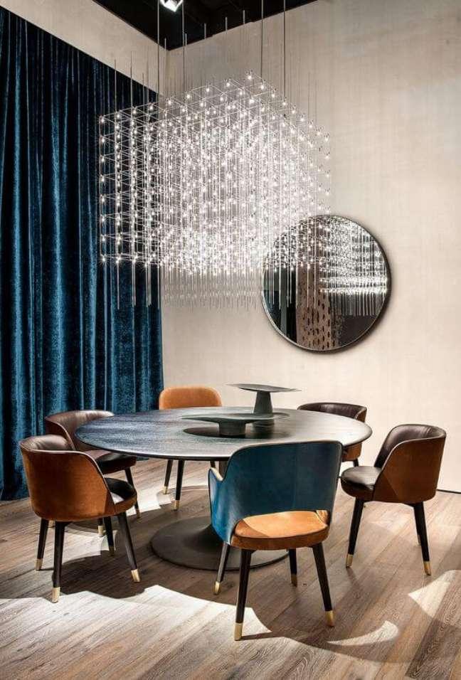 10. Sala de jantar com conjunto de mesa retrô e lustre quadrado de cristal pendente – Foto Pinterest