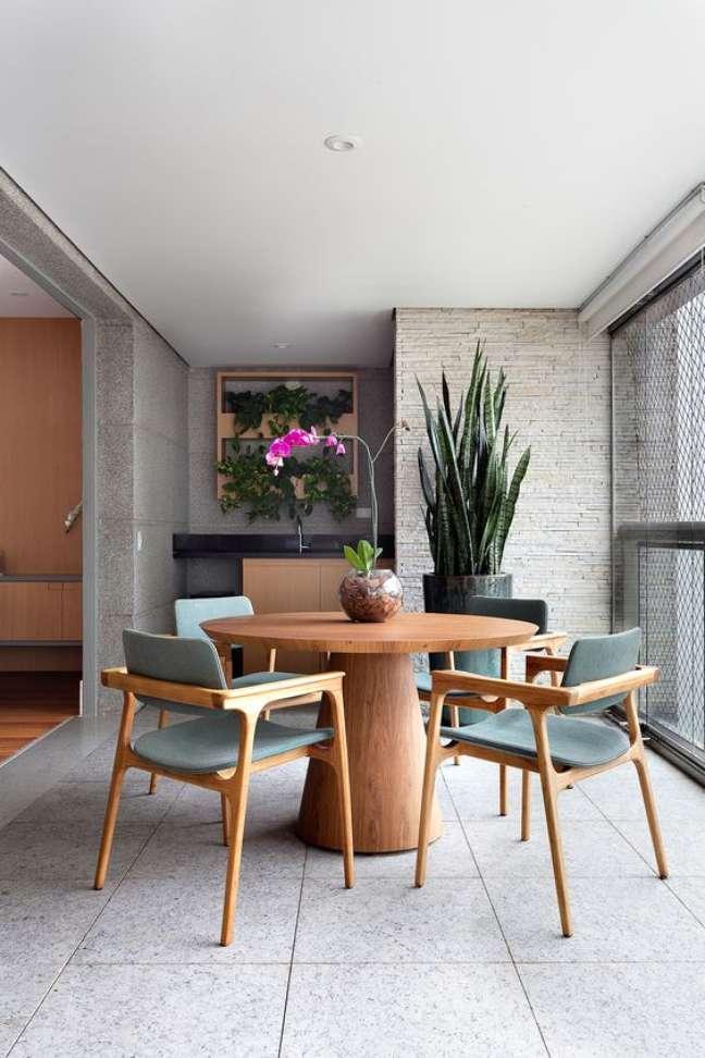 11. Área gourmet com mesa retrô redonda com cadeira azul claro – Foto Casa de Valentina