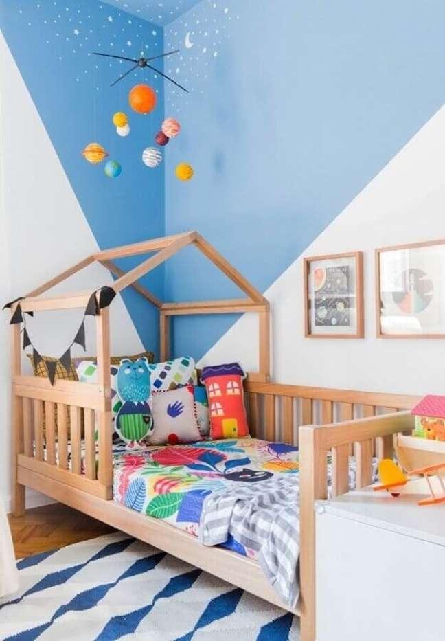 34. Como decorar um quarto infantil azul e branco simples com cama casinha – Foto: MOOUI