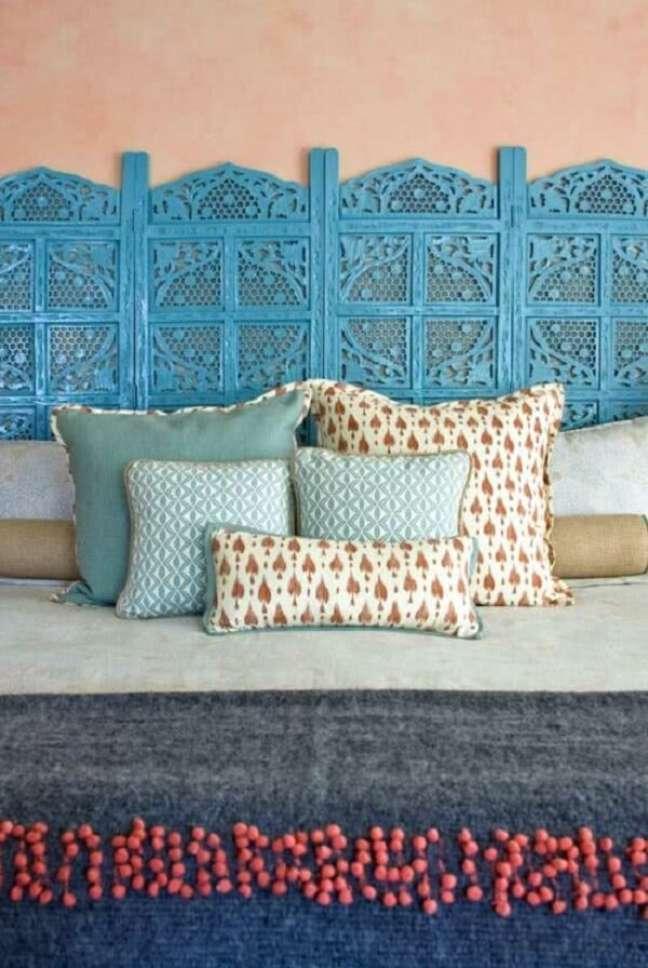 27. Na decoração indiana deste quarto o biombo de madeira azul virou cabeceira da cama. Fonte: Pinterest