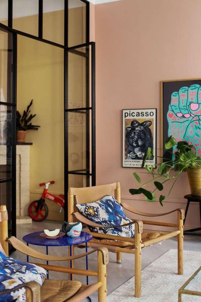 23. Cores de tinta para sala moderna em tons de rosa claro e móveis de madeira – Foto Pinterest