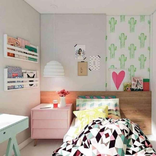 36. Como decorar um quarto infantil com papel de parede de cactos e móveis coloridos – Foto: Pinterest