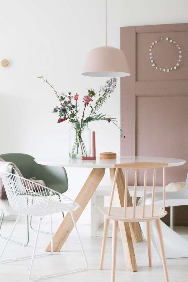 1. Decoração com mesa retrô e cadeiras variadas – Foto Miss Jettle