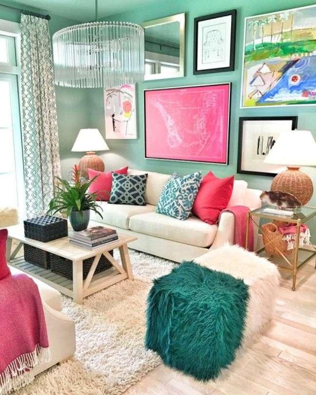 45. Decoração com cores de tinta para sala verde com sofá bege e almofadas em rosa e azul – Foto Pinterest