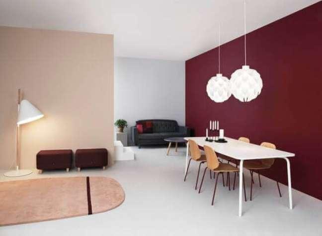 70. Sala de jantar com parede cor vinho – Foto Pinterest